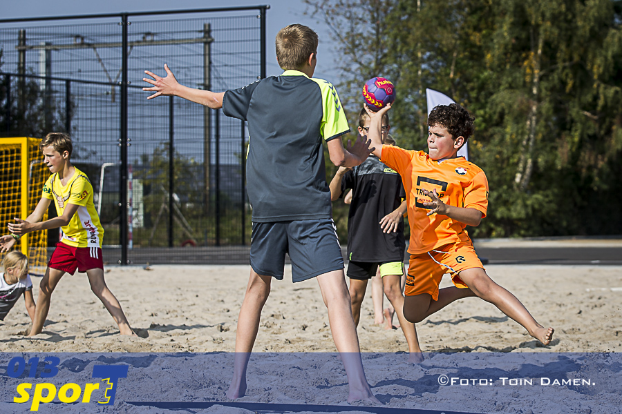 BERKEL ENSCHOT - Clinic beachhandbal tbv opening nieuw sportcomplex, White Demons, handbal.24-09-2017.