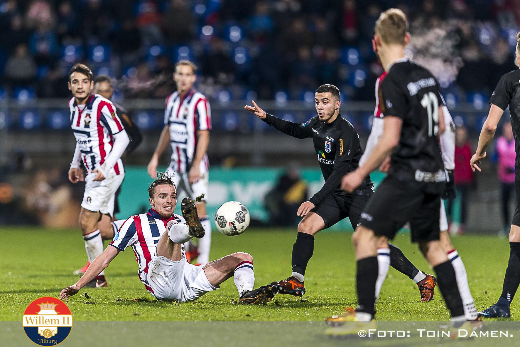 TILBURG - Willem II - PEC Zwolle 2-3, koning Willem II stadion, 16-12-2017. Voetbal, eredivisie voetbal seizoen 2017-2018. Willem II speler Ben Rienstra  onderschept bal.